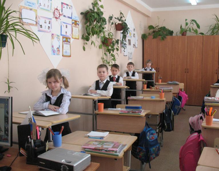Дети в школе работают стоя за конторками