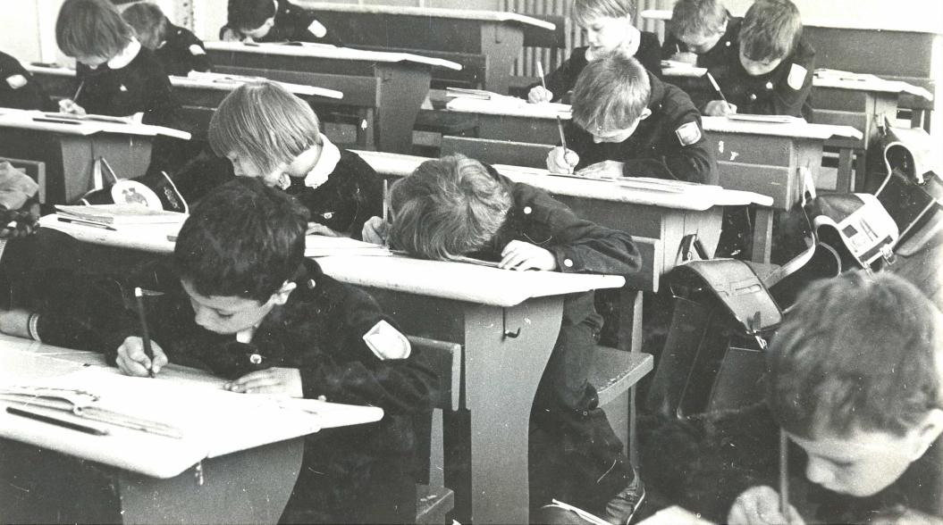 Дети склоняются в школе за партой